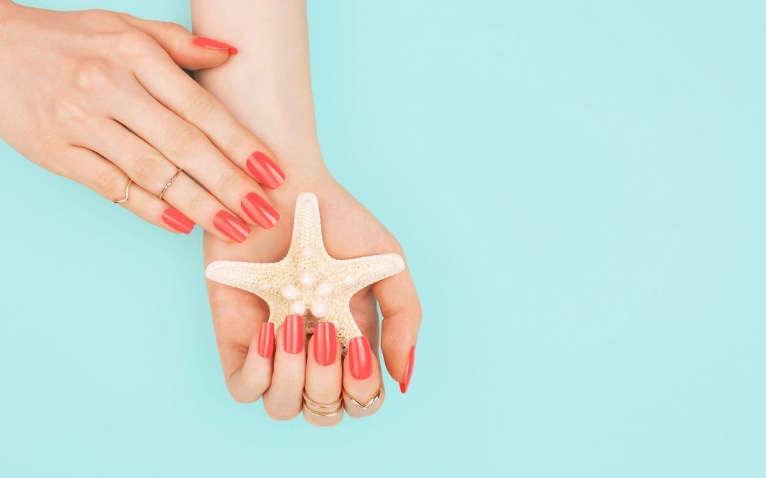 Unghie corallo: le nail art strepitose per l'estate 2021