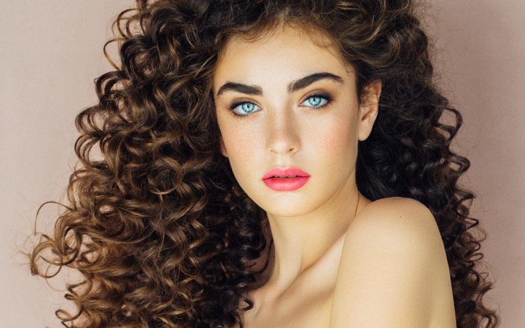 Morbidi e definiti: 4 consigli per prendersi cura dei capelli ricci